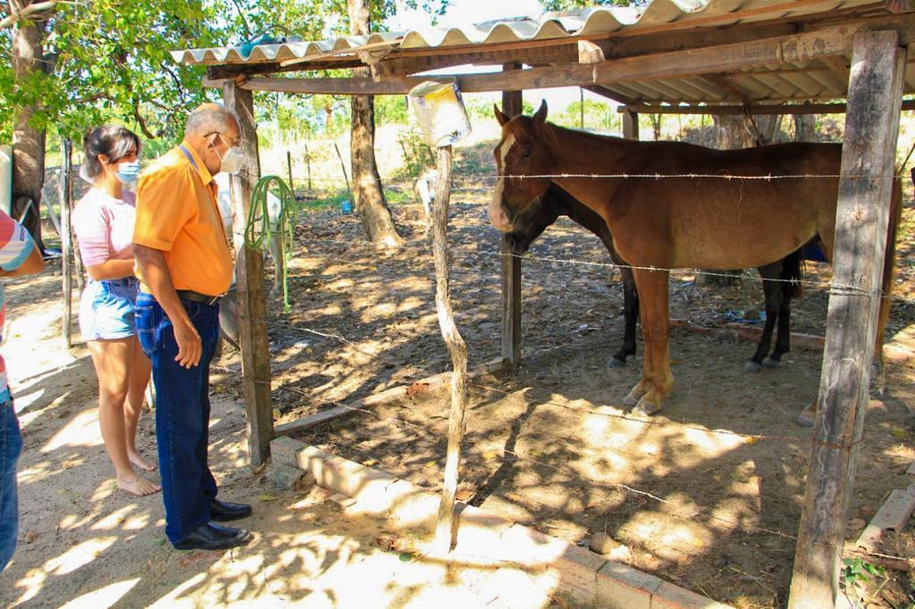 O prefeito conheceu o espaço onde os animais ficam e se mostrou solidário a atender às reivindicações da causa animal - Foto: Ascom