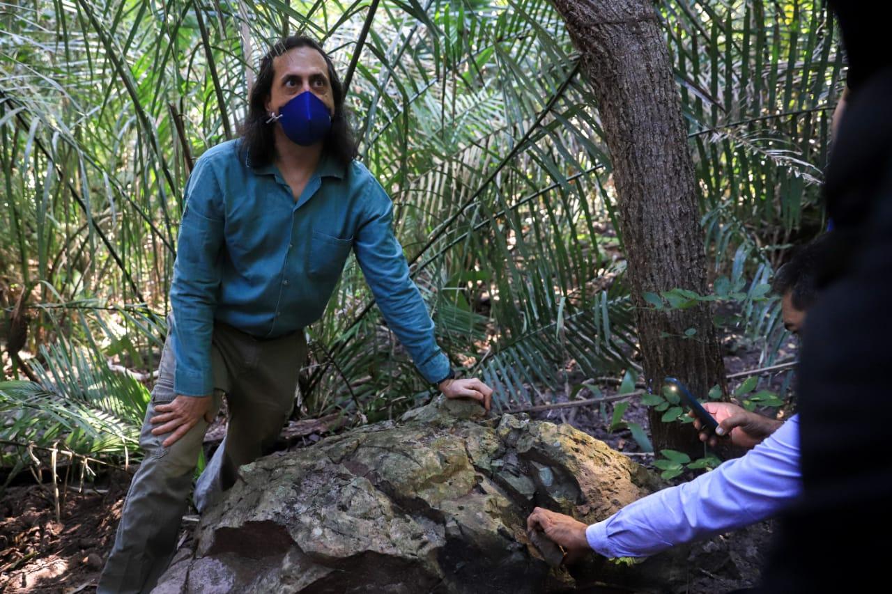 Professor Juan Cisneros durante visita à Floresta- Foto: Ascom