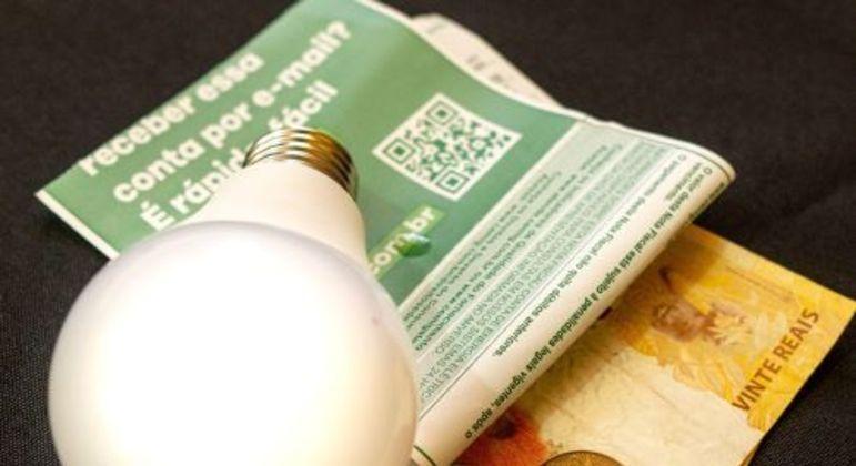 Fique atento as dicas para economizar na conta de energia. (Foto: contas - BRENO SANTOS-FOTOARENA-ESTADÃO CONTEÚDO)