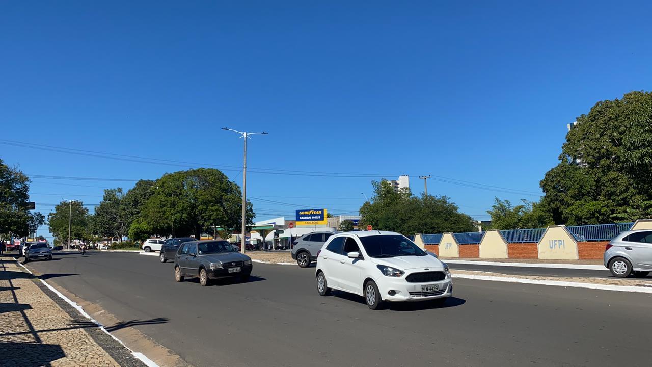 Uma das vias de acesso à Universidade segue com trânsito lento por conta do ato. Foto; Raisa Morais