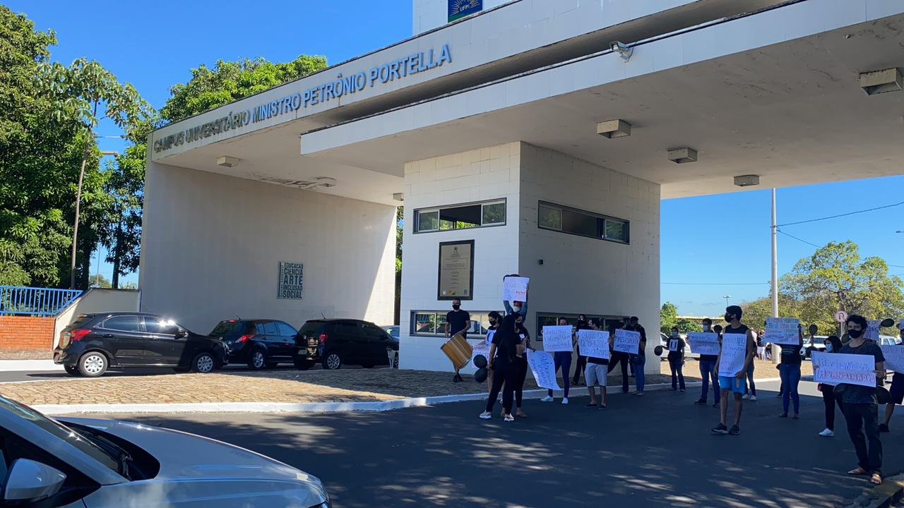 Estudantes de odontologia da UFPI protestam e pedem retorno da aulas- Foto: Raisa Morais