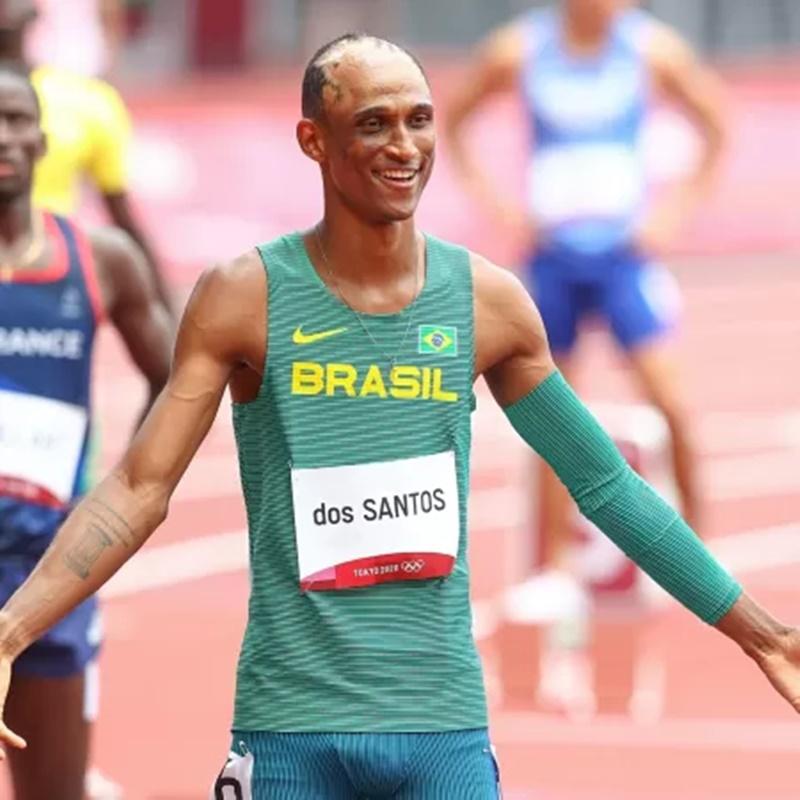Alison dos Santos disputa os 400 metros com barreiras nas Olimpíadas de Tóquio - Imagem: Wagner Carmo/CBAt