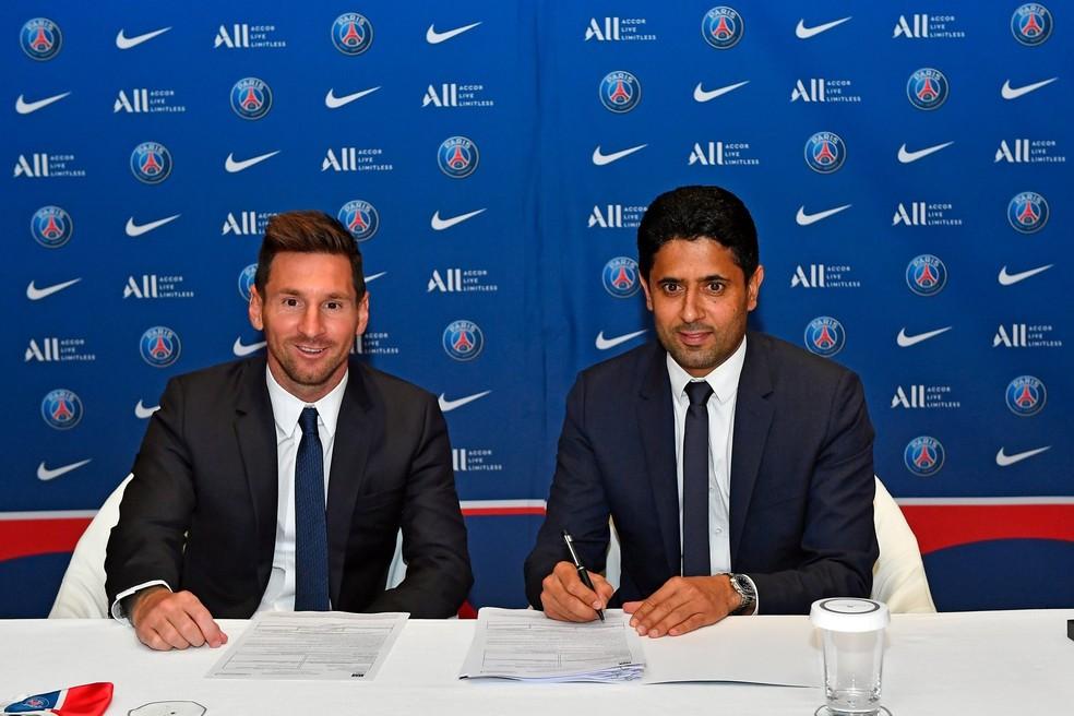 Messi e Nasser Al-Khelaifi, presidente do PSG, na assinatura do contrato Foto: Reprodução PSG