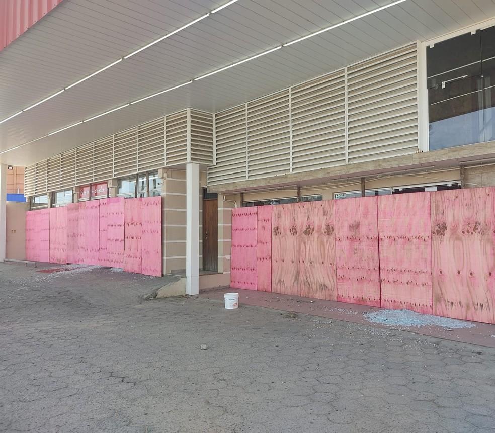 Mercado com tapumes após depredação - Foto: Divulgação