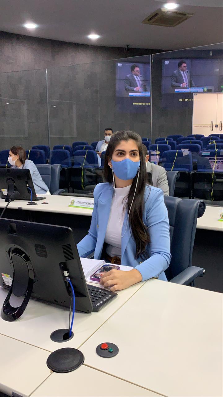 Thanandra Sarapatinhas protocola pedido de hospital veterinário (Divulgação)