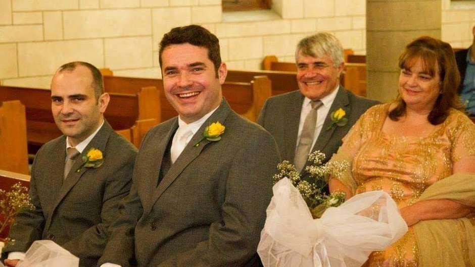 Francis Goncalves (o segundo na foto da esquerda para direita) com os pais e o irmão (Foto: BBC News Brasil)