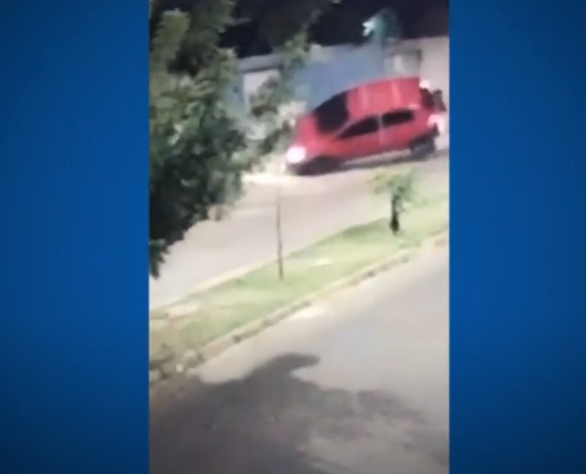 Bandidos roubam veículo de empresário e capotam durante fuga; vídeo - Imagem 1