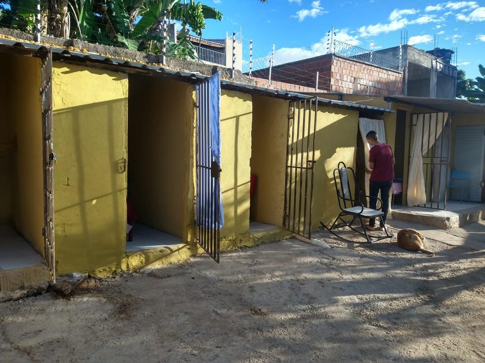 Internas, entre elas idosas, foram flagradas presas em compartimentos com celas em abrigo no Crato. — Foto: Arquivo pessoal