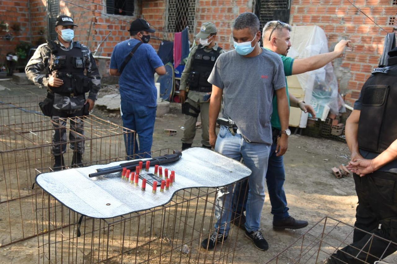 Policiais da Força Tarefa aprenderam uma escopeta calibre 12 e 16 munições. (Foto: Reprodução)