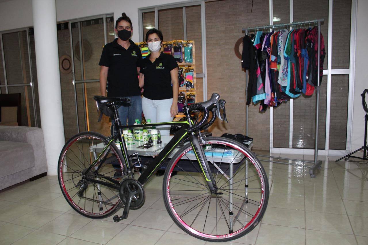 Raiarae Renan Couras ampliaram loja de acessórios para bicicletas durante a pandemia, em Teresina - Foto: Lucrécio Arrais