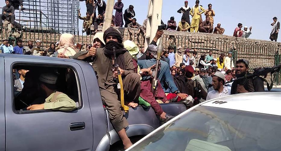 Membros do Taleban em Jalalabad, no Afeganistão, em 15 de agosto de 2021 Foto: AFP