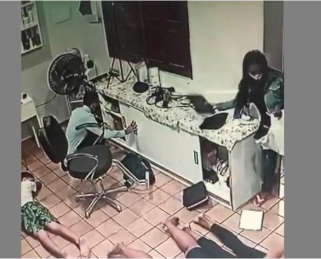 Casal chegou junto ao salão se passando por cliente e depois anunciaram o assalto