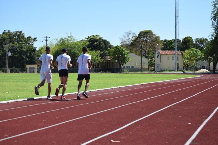 Atletas durante a inauguração da pista de atletismo da Uespi |foto: Arnaldo Alves