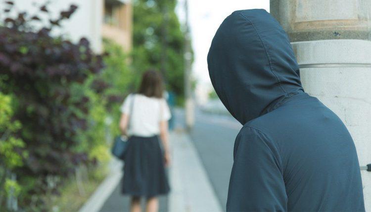 Perseguidor passa a monitorar constantemente a vida da pessoa, coletando todas as informações | FOTO: Reprodução