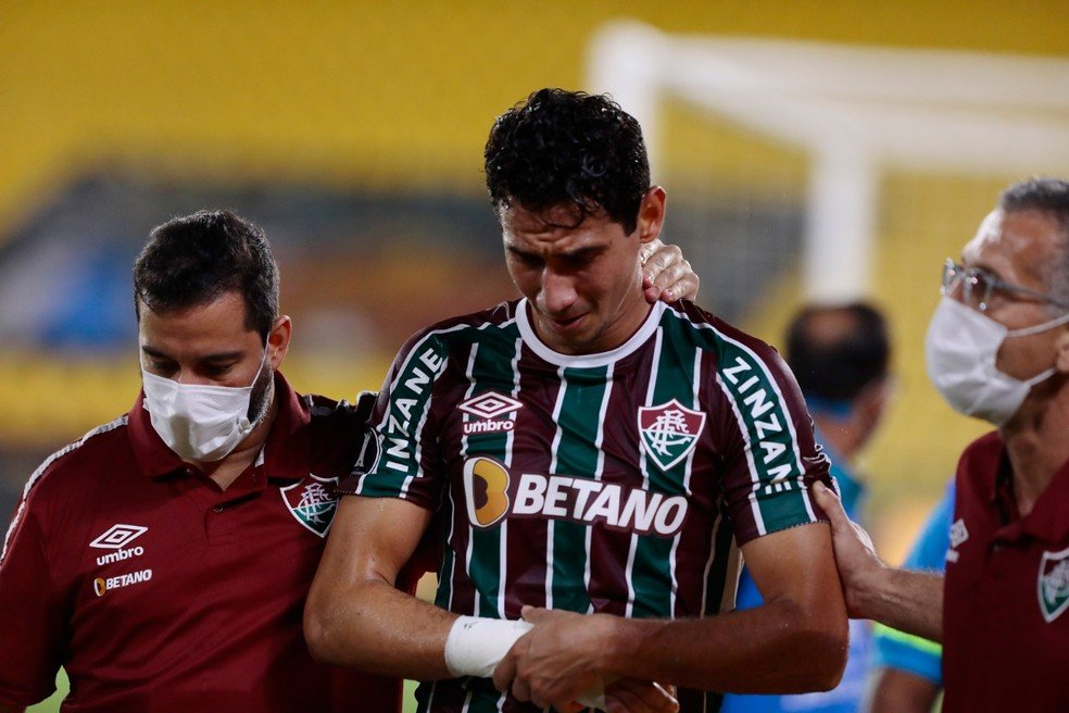 Ganso, do Fluminense, machuca pulso e sai de campo chorando — Foto: Staff Images / CONMEBOL
