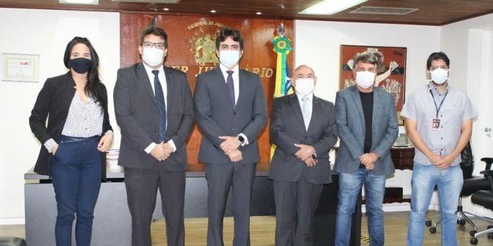 Prefeito João Luiz entra pela porta da frente do Tribunal de Justiça do PI