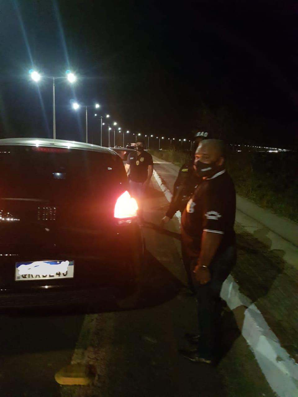 Veículos também são fiscalizados pela equipe de policiais. (Foto: Divulgação)