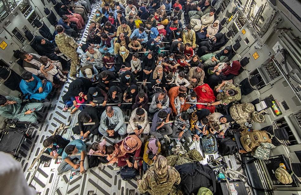 Aeronave britânica com refugiados (Foto: reprodução)