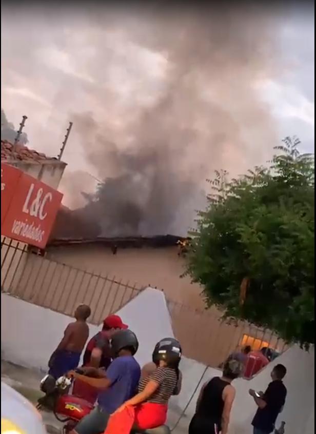 Incêndio em casa na zona Norte chamou atenção de moradores do bairro Aeroporto. (Foto: Reprodução)