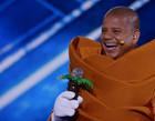 Fantasiado de coqueiro, Marcelinho Carioca é o terceiro eliminado