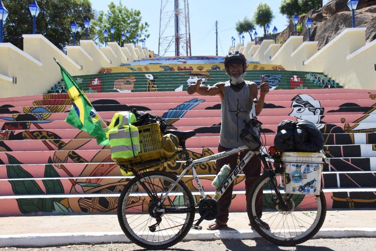 Ciclista Edson Azevedo chega à Amarante após percorrer 130 mil quilômetros ( foto: Denison Duarte\ Portal Somos Notícias)