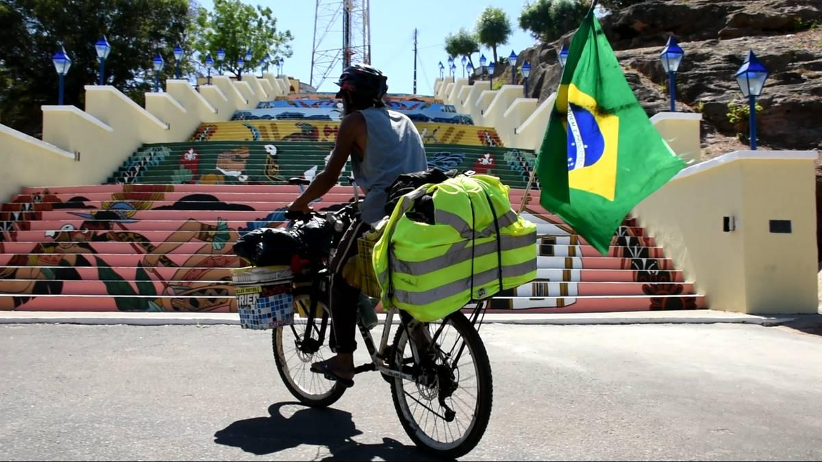 Ciclista Edson Azevedo chega à Amarante após percorrer 130 mil quilômetros ( foto: Denison Duarte\ Portal Somos Notícias)Ciclista Edson Azevedo chega à Amarante após percorrer 130 mil quilômetros ( foto: Denison Duarte\ Portal Somos Notícias)
