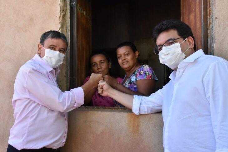 Dias e Fonteles entregam títulos de terras em Bom Jesus (Foto: CCOM)