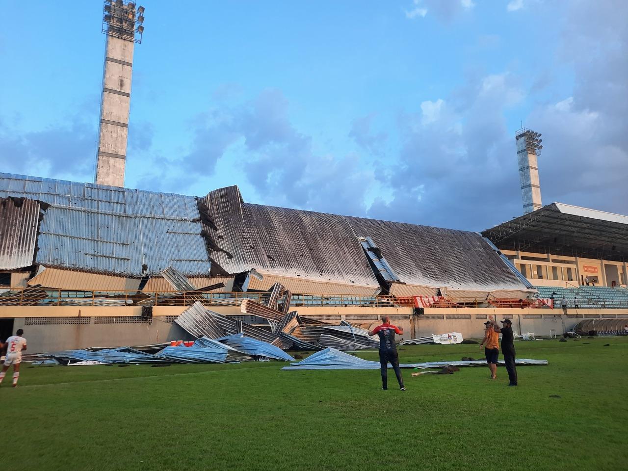 Parte de estádio desaba em jogo entre Imperatriz e 4 de Julho após chuva (Foto: Ananda Portilho)