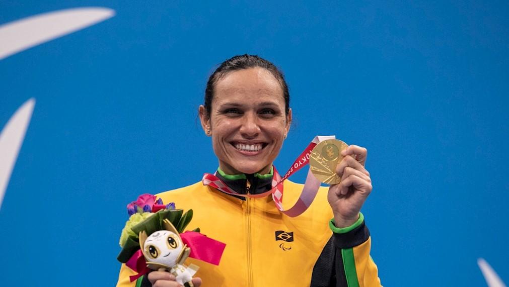 Carol Santiago mostra medalha de ouro (Alê Cabral/CPB)