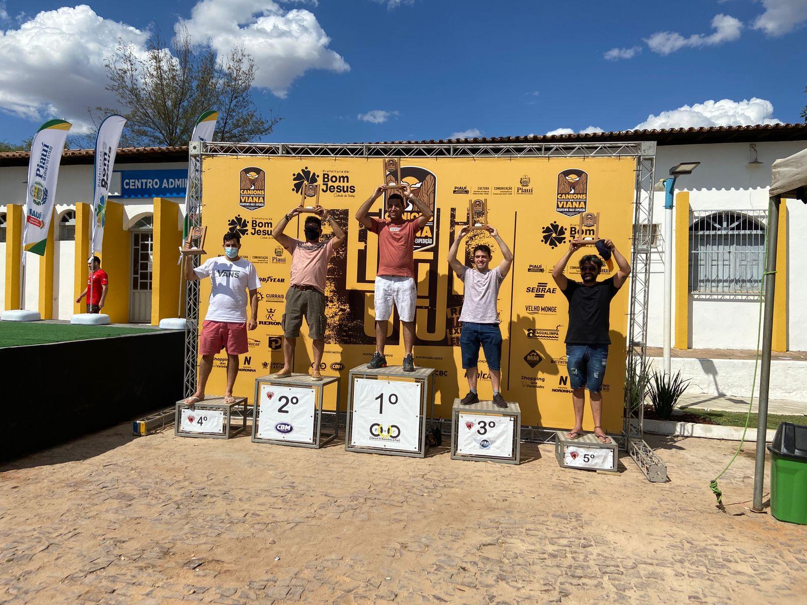 Vencedores do desafio exibem troféu (Vanessa Sipaúba)