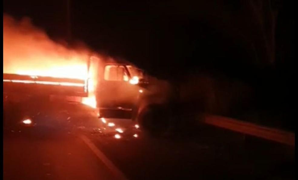 Quadrilha coloca fogo em carros