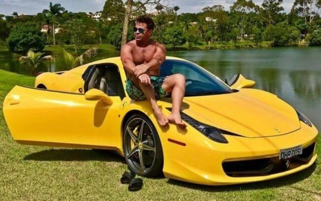 Sertanejo gosta de se exibir com carros valiosos. (Foto: Reprodução)