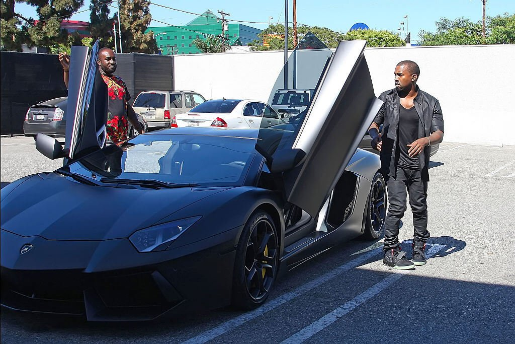 Rapper faz questão de dirigir carrões de luxo. (Foto: Reprodução)