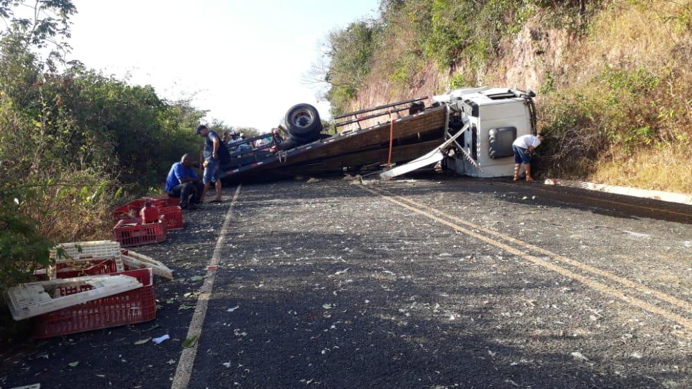 De acordo com informações do motorista, o caminhão capotou depois que ele perdeu o controle do veículo - Foto: Reprodução/JF NEWS