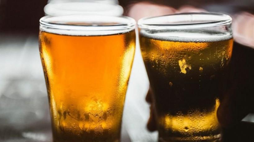 Em lugares mais frios, é comum o consumo de cervejas com cores escuras, encorpadas e com maior teor alcoólico. (Foto: Reprodução-Unsplash)