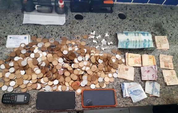 Na residência do acusado foi apreendido drogas, dinheiro e celulares- Foto: PC