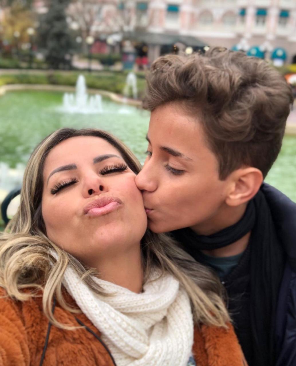 Lucas Santos aparece em foto beijando a mãe Walkyria durante viagem a Paris