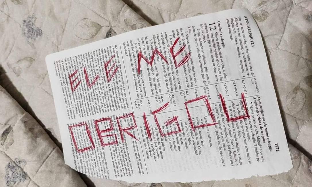 Uma Bíblia com mensagens foi encontrada no local