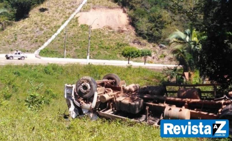Caminhão carregado de frangos tomba em rodovia no Piauí - Foto: Reprodução/Revista AZ