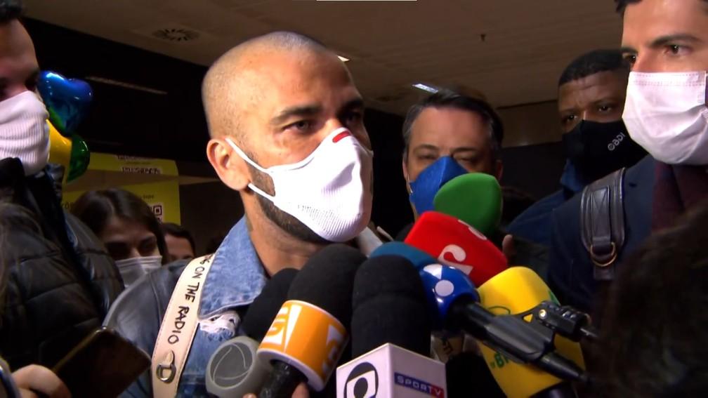Alves desembarcou no aeroporto de Guarulhos.-Foto: Reprodução Ge
