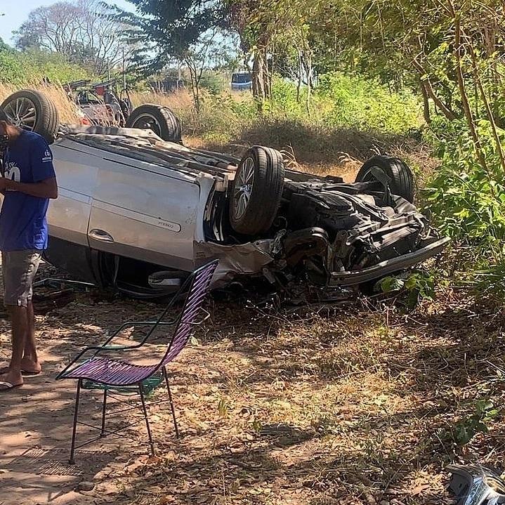 Secretário da Prefeitura de Floriano capota veículo durante acidente (Foto: Redes Sociais)