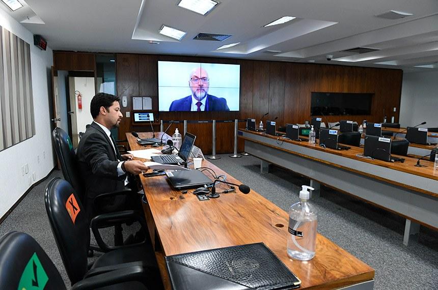 Fábio Araújo, assessor do BC, foi ouvido em videoconferência em reunião semipresencial da CCT, presidida pelo senador Rodrigo Cunha (PSDB-AL) (Foto: Roque de Sá/Agência Senado)
