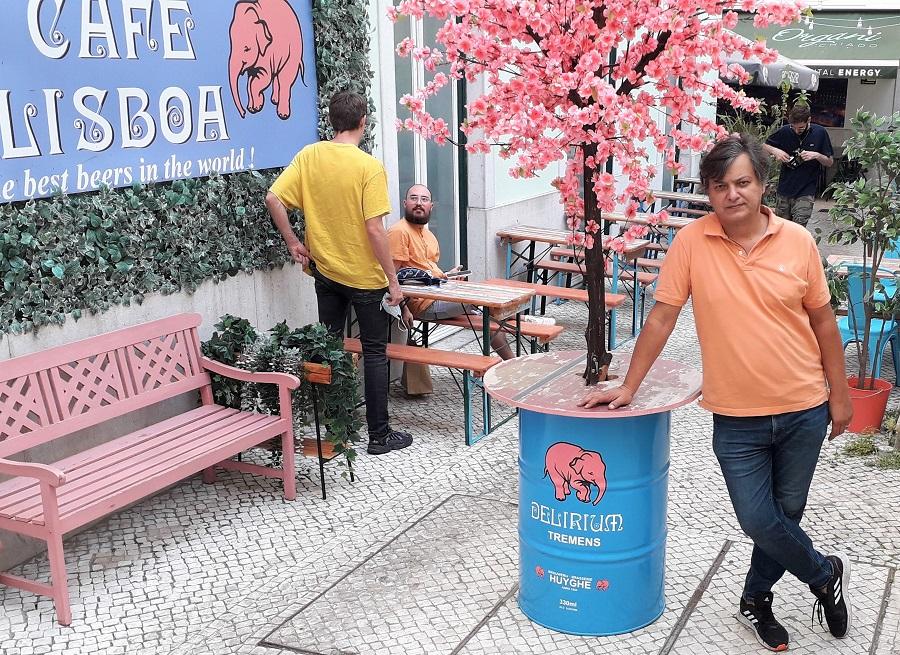 Neko Pedrosa na área externa do Delirium em Lisboa logo após começar mais um dia de trabalho | Gian Amato