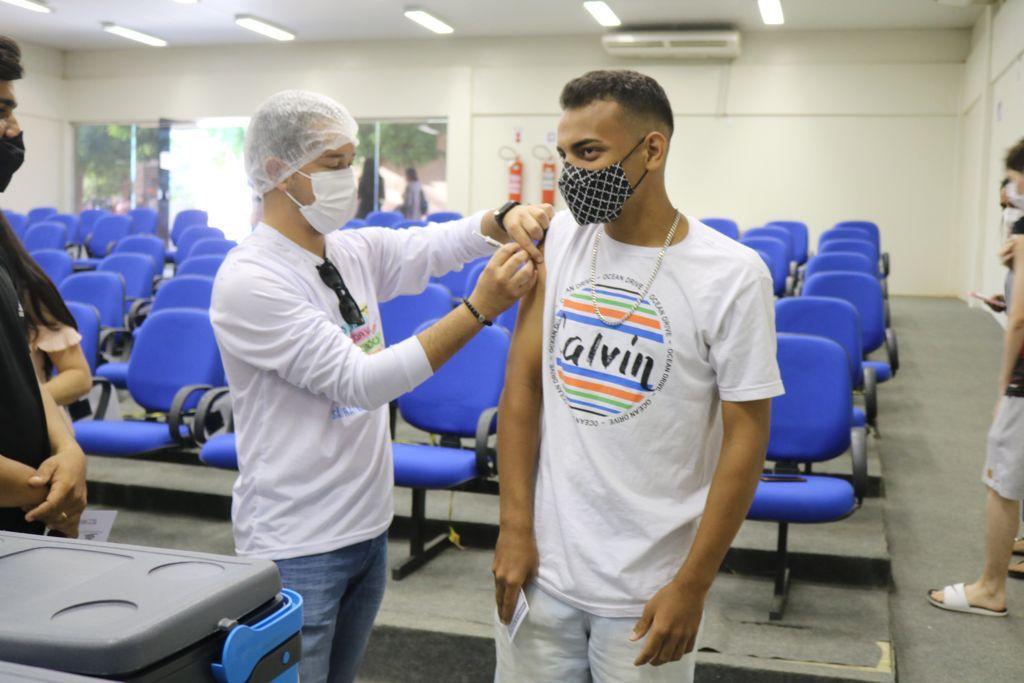 Mais de 20 cidades do Piauí já estão vacinando adolescentes de 12 a 17 anos (Foto: Sesapi)