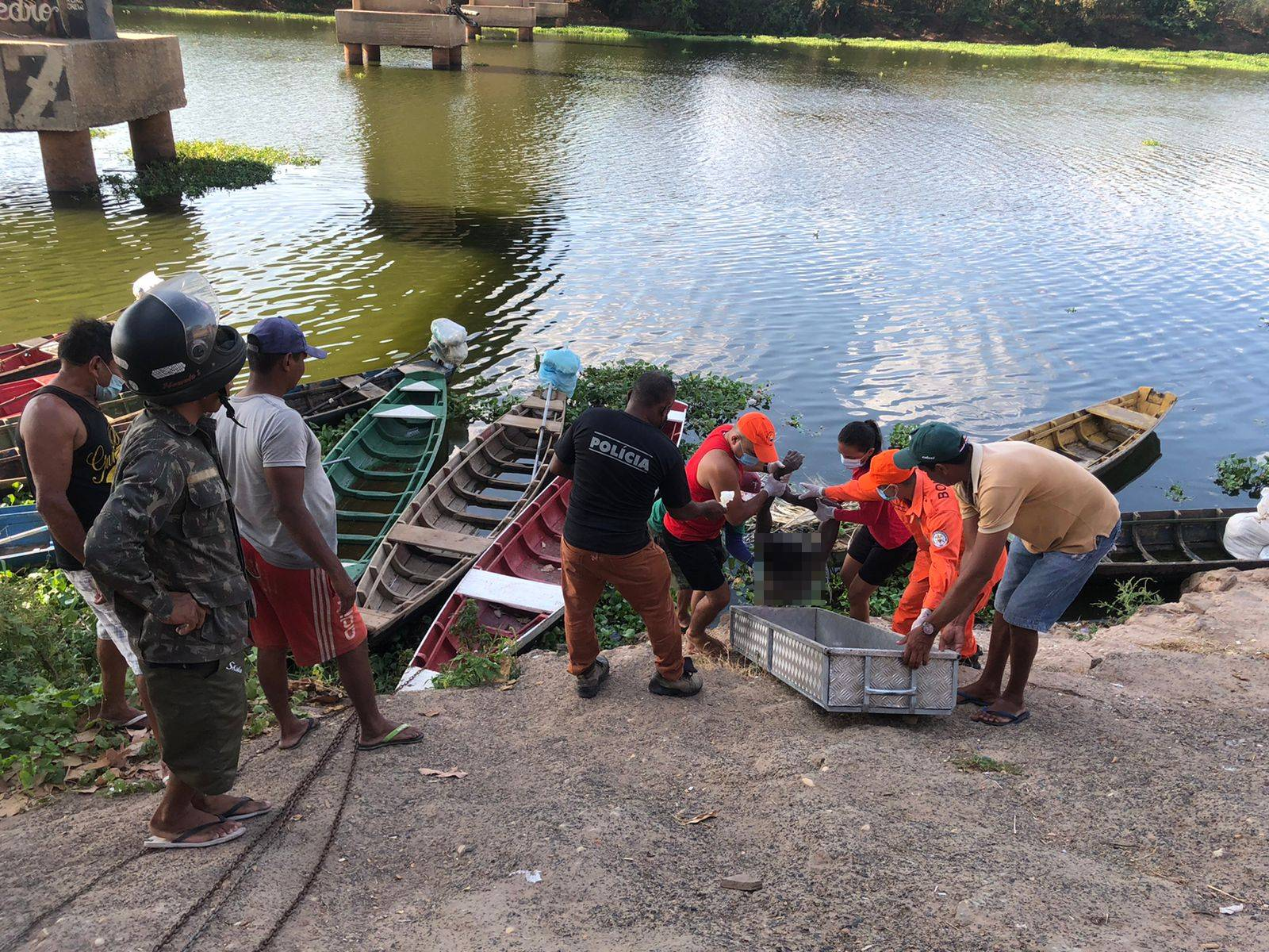 Corpo é encontrado às margens do rio Poti na zona Norte de Teresina (Foto: Matheus Oliveira/ Portal MN)
