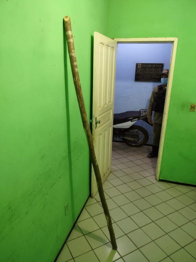 Pedaçõ de madeira que teria sido usado para praticar o crime - Foto: Reprodução/Cidades na Net/Polícia Militar