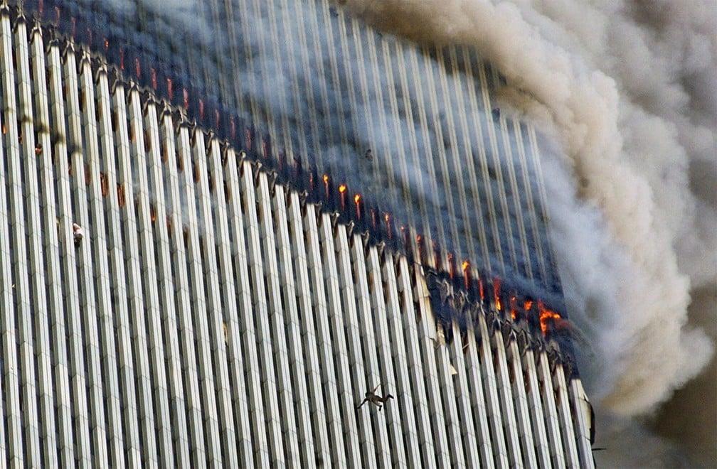 Pessoas pulam de uma das torres atingidas