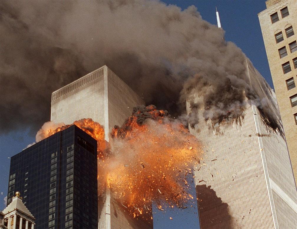 As torres foram atingidas por aviões e desabaram