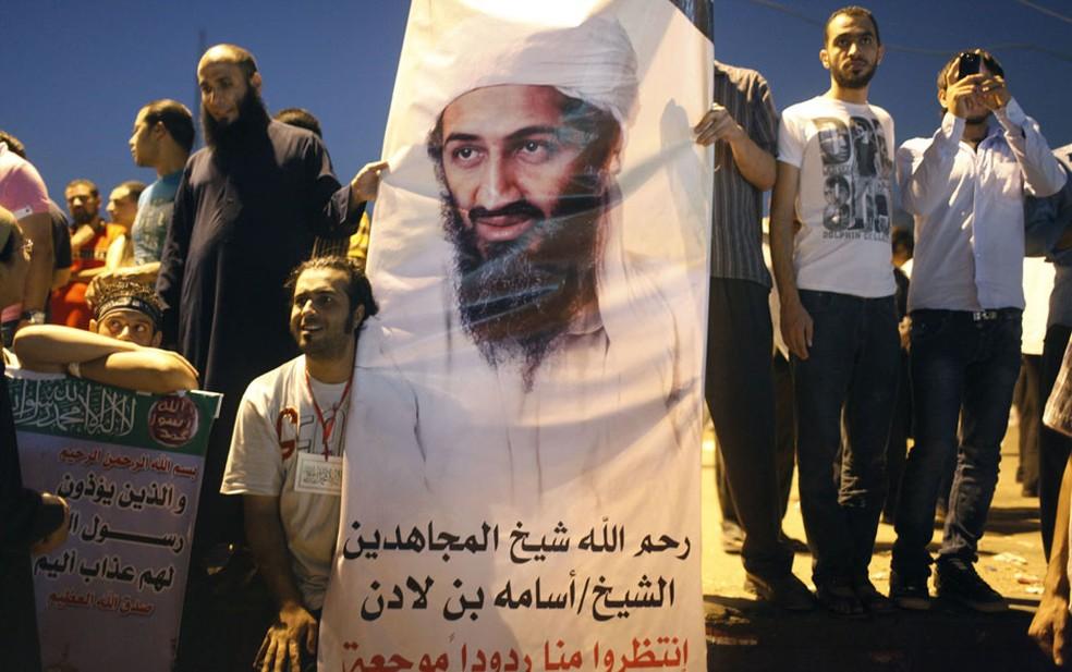 Imagem de 2016 em que egípcios mostram pôster com foto de Osama bin Laden