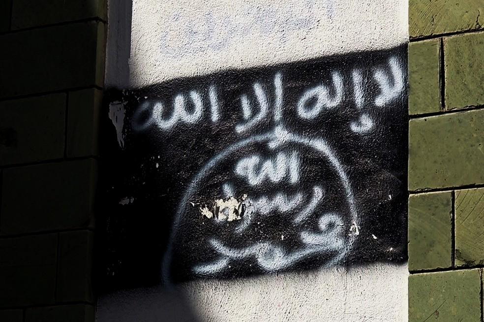 Foto de 2017 mostra grafite com bandeira da Al-Qaeda em muro de escola